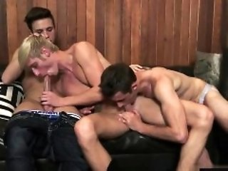 Muscle twinks threesome with cumshot